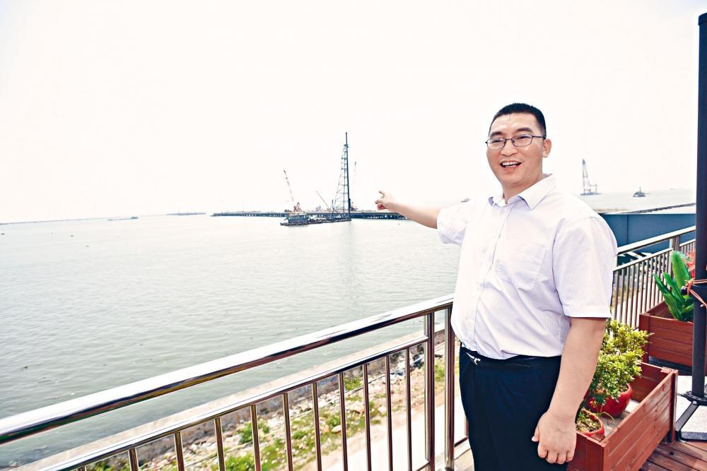 灣區辦負責人劉登帶記者實地視察深中通道工程,指二〇二四年通車後有助建立大灣區一小時生活圈。