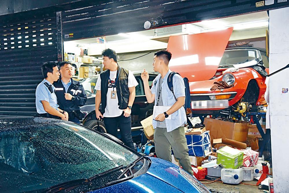 灣仔車房遭爆竊,探員到場調查。