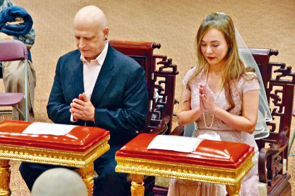 翁靜晶昨在社交平台公開與何彪結婚的照片。