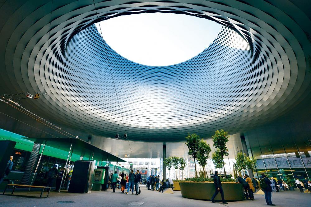 每年Baselworld的主展館門外也有不同的擺設改動,用以疏導人群,所以看似人流較少,實際是大會的精心安排。