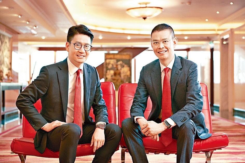 現年80歲的李國寶由7月起,退任東亞行政總裁,其職位由兩位兒子李民斌及李民橋共同接任。