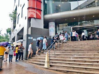 ■新一期近四千九百個分布各區的居屋單位推出,吸引大批市民冒雨到樂富房委會客務中心排隊索取表格。