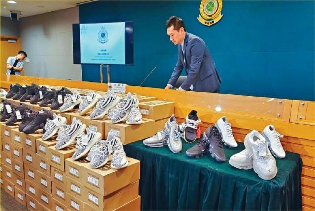 ■海關檢獲八十四對仿真度高的冒牌限量版球鞋,連同受害人檢獲的冒牌球鞋共一百五十六對。