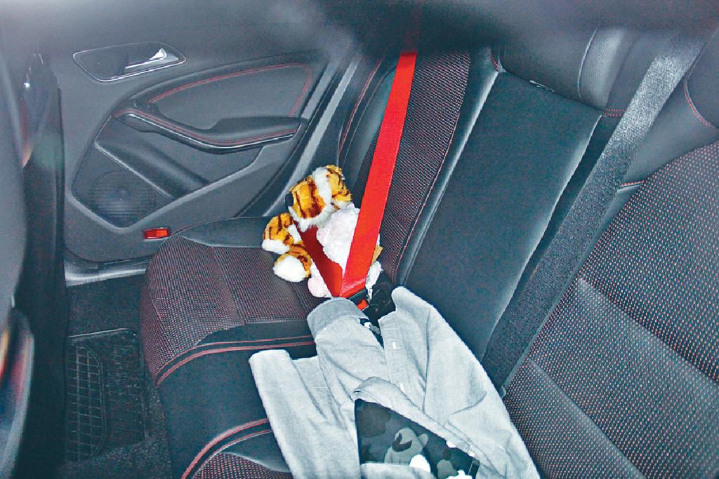 係吉祥物 ■馬明話車內嘅所謂「情侶公仔」只係吉祥物,未同心穎拍拖前已有。