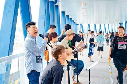 ■祥仔選在IFC行人天橋演唱,吸引不少路人圍觀。
