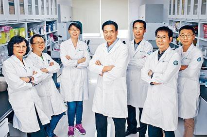 ■美國埃默里大學周三內部宣布解僱李曉江(中)和同在該系任教的妻子李世華(左一)。