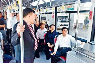 ■南陽市委書記張文深(右一),乘坐水氫動力巴士。