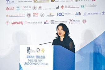 ■律政司司長鄭若驊昨出席「調解為先」承諾書記者會。
