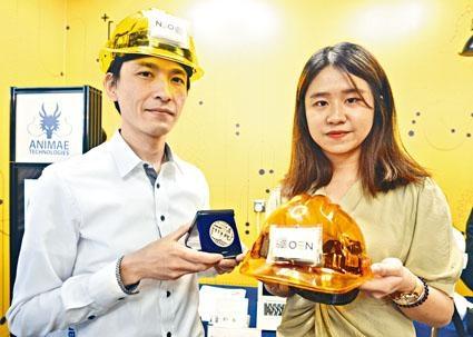 ■Neosen Energy HK Limited憑研發防水追蹤軟貼,在發明展中奪得銀獎。圖為追蹤軟貼工業安全帽。
