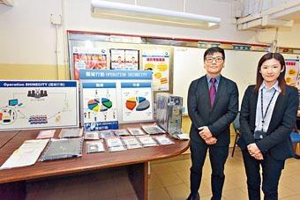 ■東九龍總區高級督察夏思苑(右)展示緝獲的證物。