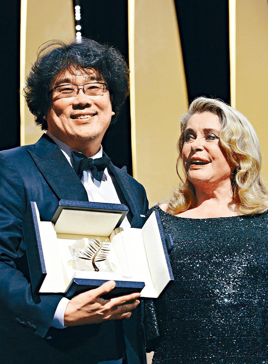 奉俊昊從評審委員長嘉芙蓮丹露手上接過最高榮譽金棕櫚獎。
