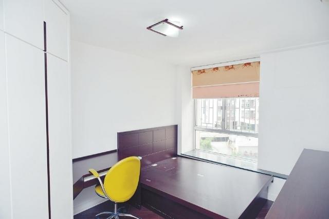 ■睡房面積偌大,可容納睡牀、書桌和大衣櫃。