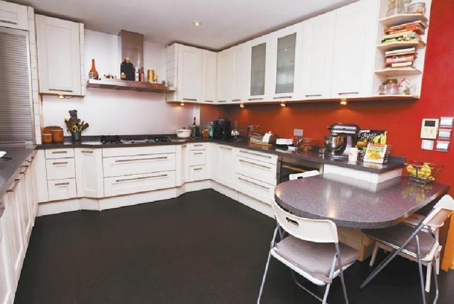 ■廚房設備齊全,提供多組廚櫃收納物品。