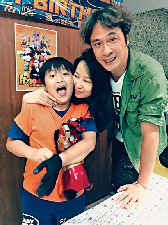 模範家庭 ■吳鎮宇父子好受歡迎,愛妻就樂於做其背後嘅幸福女人。