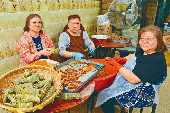●七十年老店嘉湖,以糭子聞名,現由第三代區偉剛(中)及其二姊(左)、三姊(右)守着祖業,並沿用外婆的食譜製糭,味道數十年如一日,水準依舊。