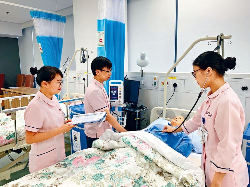 三名明愛專上學院護理學學士首屆畢業生,希望到公立醫院工作。