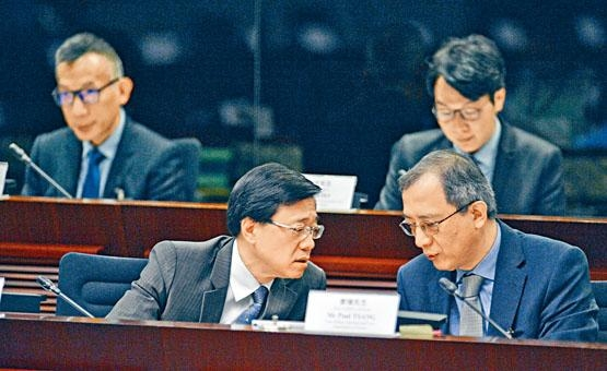 ■李家超在立會與律政司國際法律專員曾強(右)低頭討論。