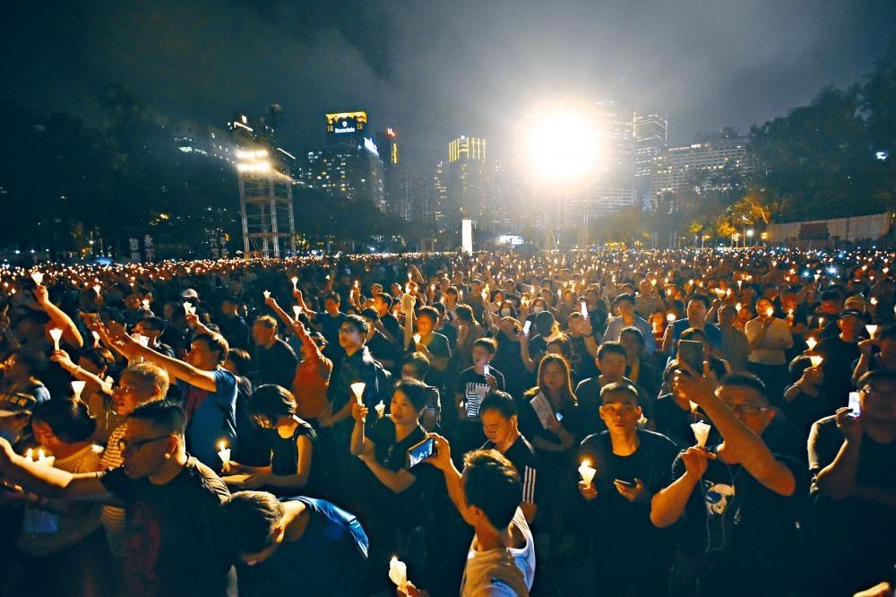 「六四」至今三十年,維園紀念活動如昔,大會公布有十八萬人參加。