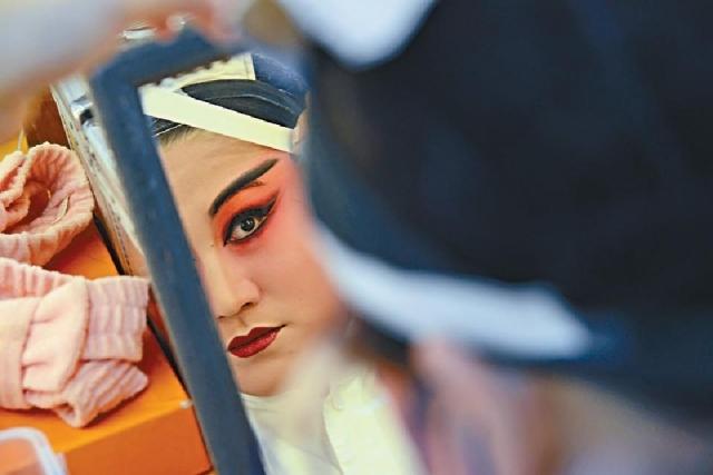 ■演員在後台化妝準備上台。