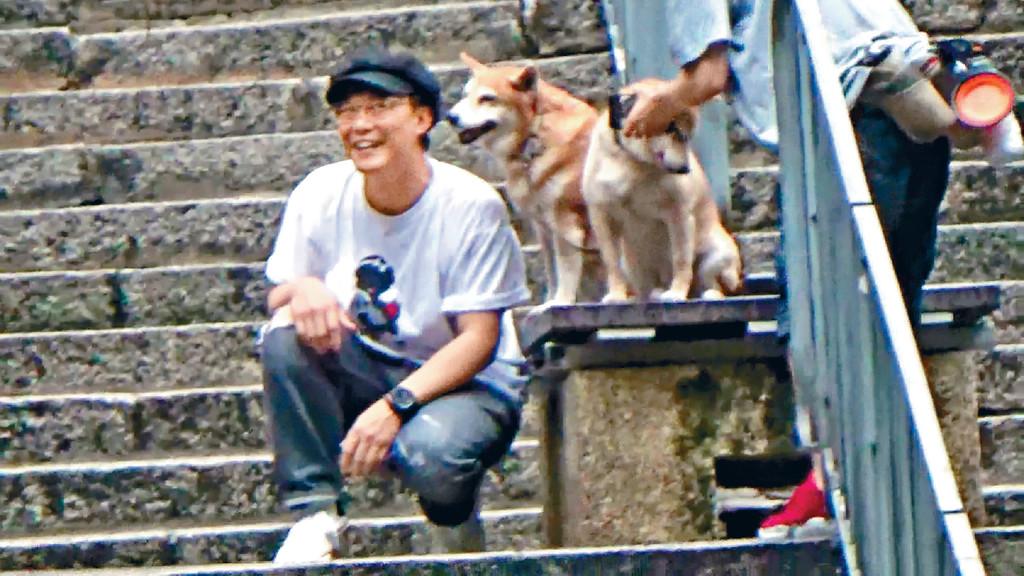 ■狗奴Eason與兩隻可愛柴犬影合照時古靈精怪,玩味十足。