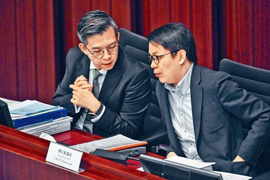 ■法律顧問曹志遠(左)再去信保安局,要求就修訂逃犯條例三大範疇澄清。圖右為陳克勤。