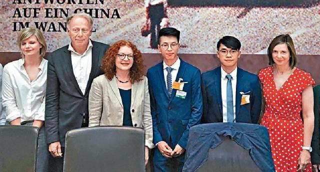 ■黃台仰(右三)及李東昇(右二)早前在柏林參加六四座談會,解釋棄保潛逃的原因。