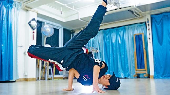 ●Jessica示範進階動作Baby Freeze,舞者需要以手肘部分,撐起腰側以支撐全身,雙腳要離地騰空。