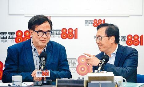 ■立法會財委會主席陳健波(右)指尚有逾七百億項目撥款未處理下,財會料須「加班」。左為盧偉國。
