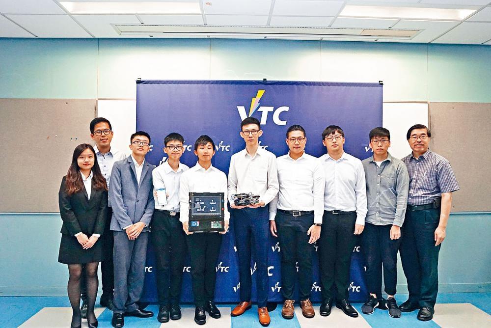 研發「智能咪表」團隊隊長甄普豊(前排左三)指,駕駛者可通過App遙距入表及續表。