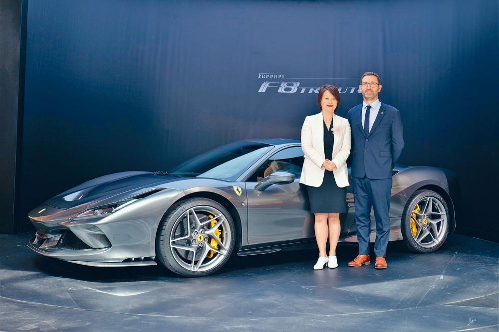(左起)法拉利香港總經理董琦(Angela)及Blackbird Concessionaires總經理Jon Chester一同主持新車發布會。