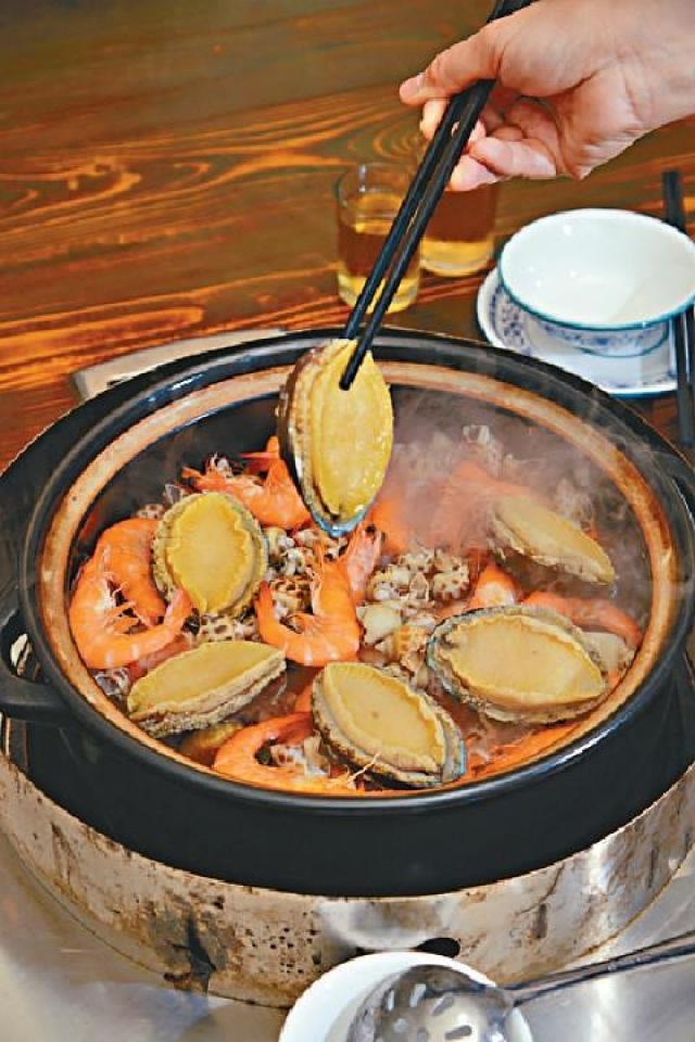 ■鮑魚雞煲足料入味。