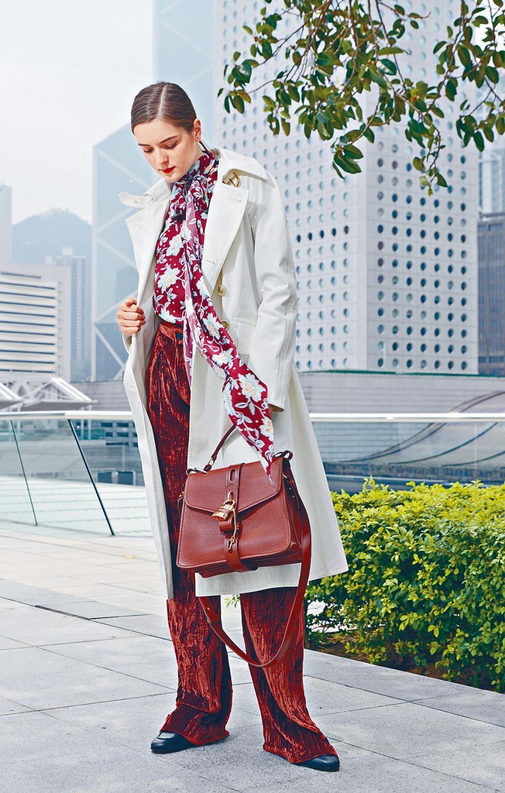 花朵圖案絲質上衣、縐紋絲絨長褲、白色Panama棉質大衣、黑色小牛皮Wave Boots、啡色小牛皮Annie Medium Lady Bag。