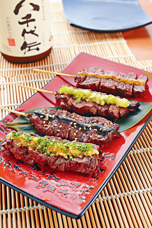 牛橫隔肌串燒,(前起)蒜香橫隔肌、黑燒橫隔肌、Wasabi橫隔肌、蜜糖芥辣橫隔肌,四款自家製醬汁滲入熱騰騰的牛肉內,各具風味。