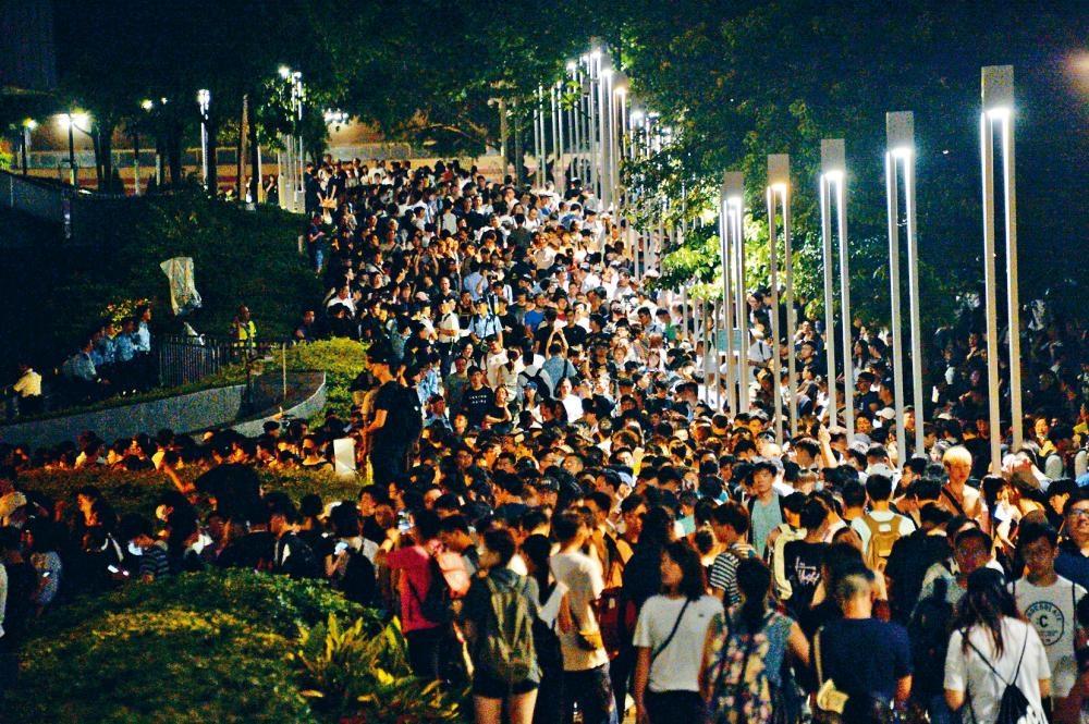 今晨有逾千人在立法會外一帶聚集,氣氛大致平靜。