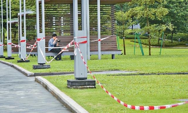 ■添馬公園草地被膠帶圍起,康文署指是方便重鋪工程。