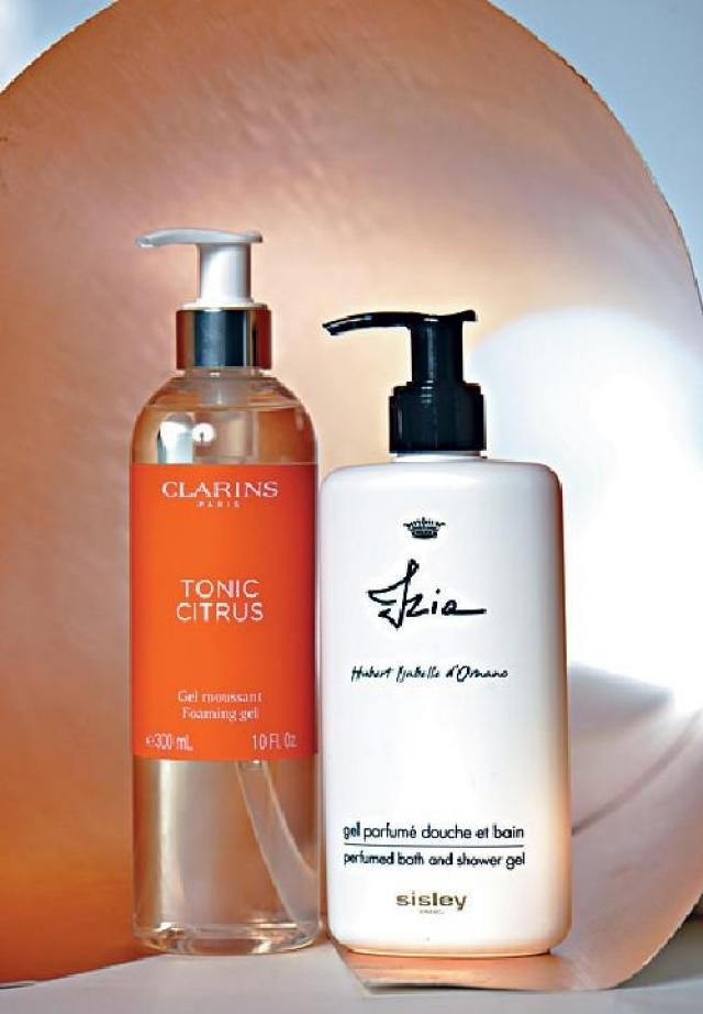 Clarins Home Tonic Citrus Foaming Gel $250(左) 沐浴啫喱散發清新提神的滋潤柑橘香調,綿密泡沫細緻輕盈。  Sisley Perfumed Bath & Shower Gel $550(右) 配方由植物原材料提取的甘油為主,配合大馬士革玫瑰萃取,與維他命原B5,用後令肌膚更柔嫩。