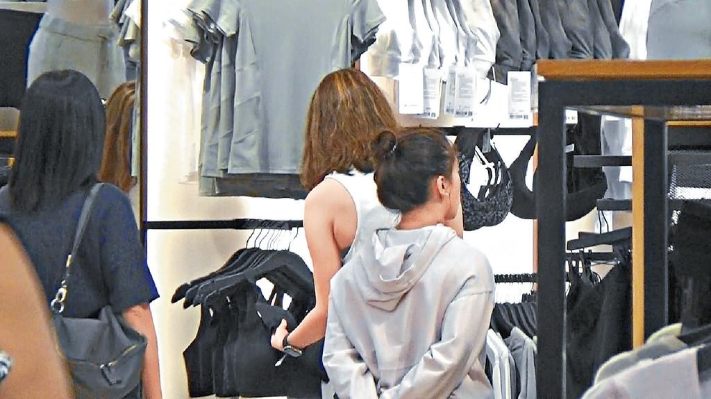 揀運動bra top ■愛行山等運動嘅超雲,不時被 影到買運動裝,呢日主攻睇運動型bra top。