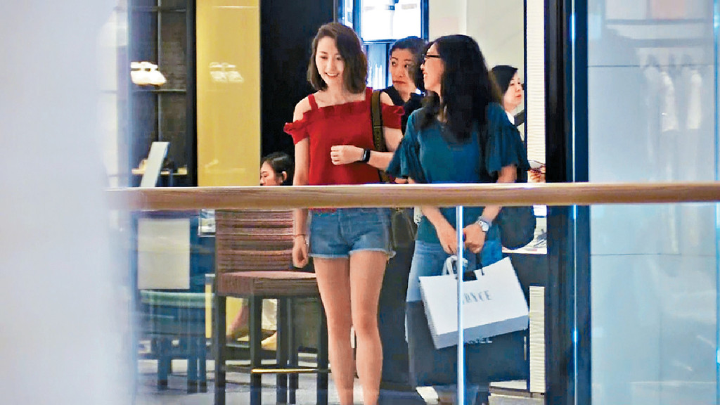 長腿吸引 ■早前,本報影到超雲夏日派福利,晒長腿shopping。