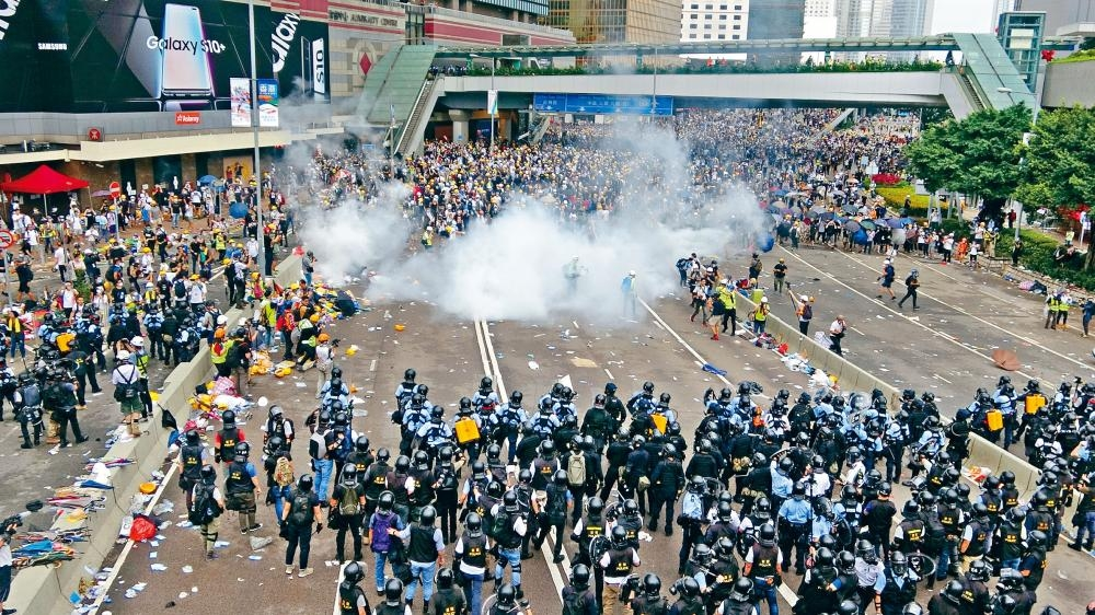 全副防暴裝備警員展開清場,施放催淚彈驅散集結在夏慤道示威者。