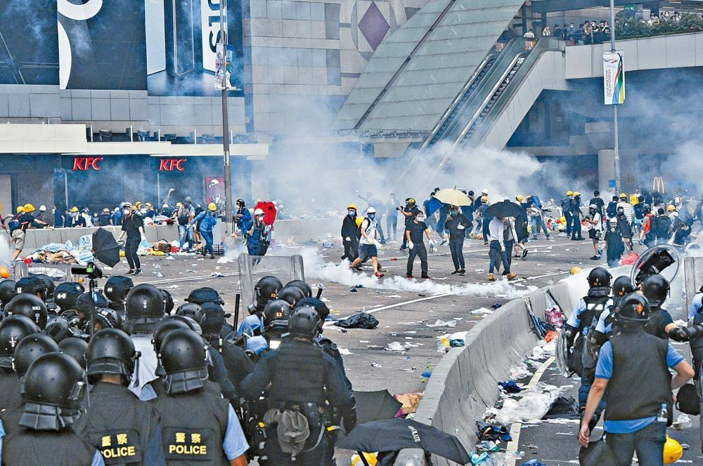 市民包圍立會與警爆發連場衝突,被外界關注中央會否出解放軍解圍。
