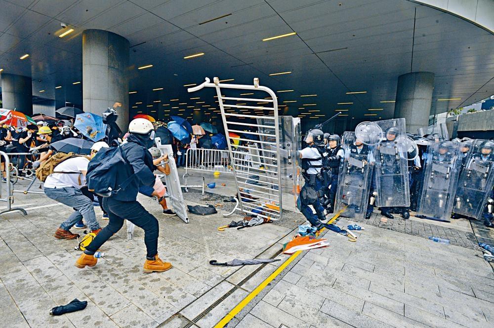示威者與警激戰堵塞通道,建制派議員無法返回立法會大樓開會。