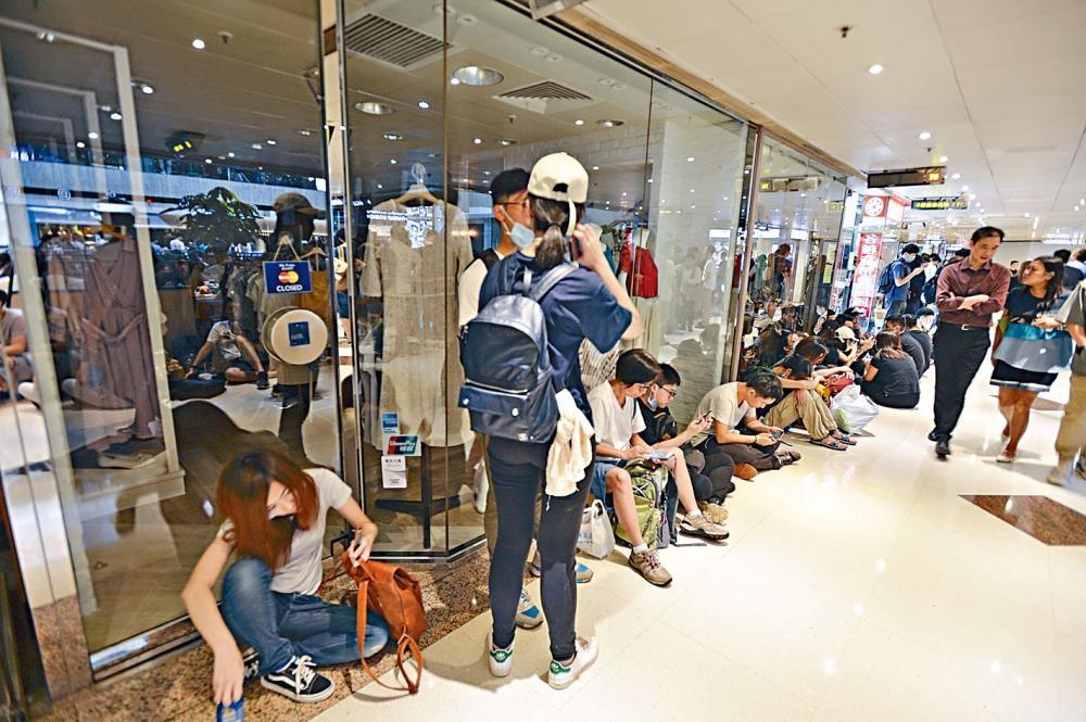 除金鐘的便利店成補給站外,海富中心商場更成示威者的休息區。