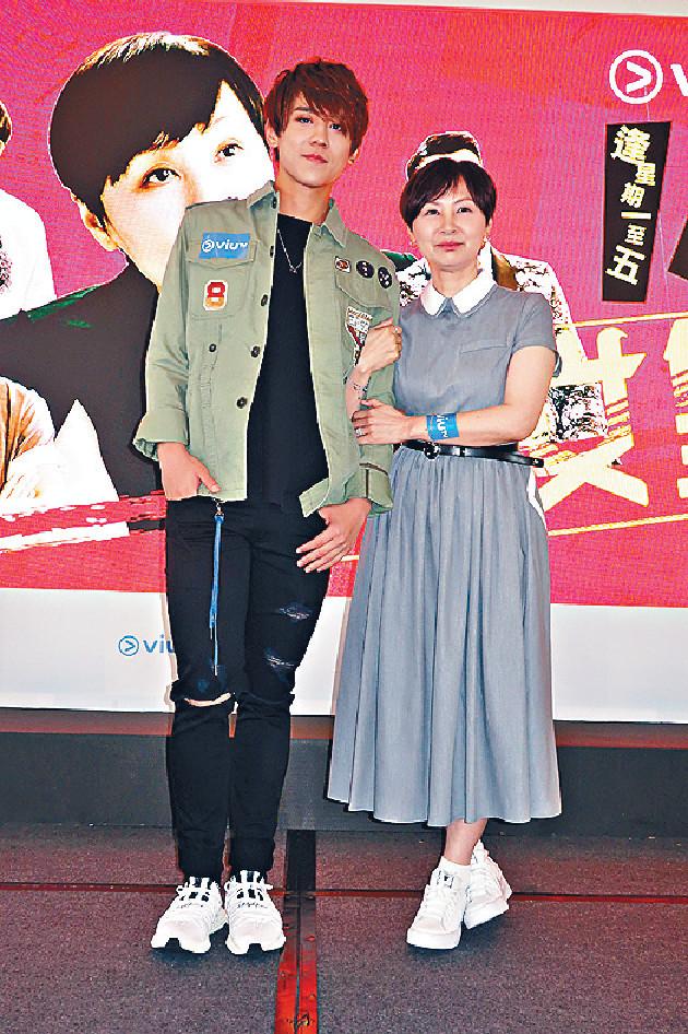 ■Flora姐退隱後,下嫁當年TVB《勁歌金曲》第一代監製楊健恩,之後更誕下囡囡,專心相夫教女。