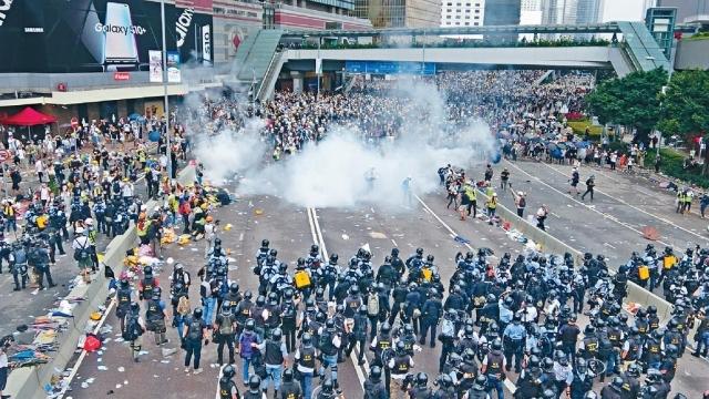 示威者多番暴力衝擊立會   一哥:最低殺傷力武器還擊