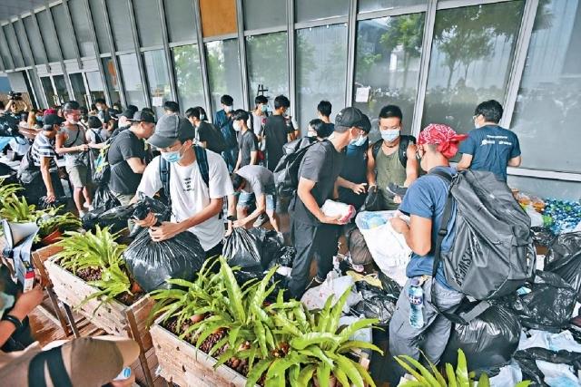 ■有年輕人昨天到示威區清理垃圾。