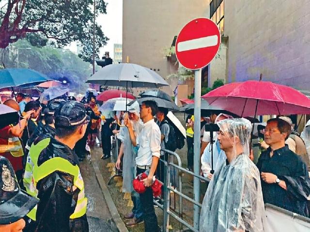 ■民主派議員要求前往禮賓府正門,被警方拒絕。