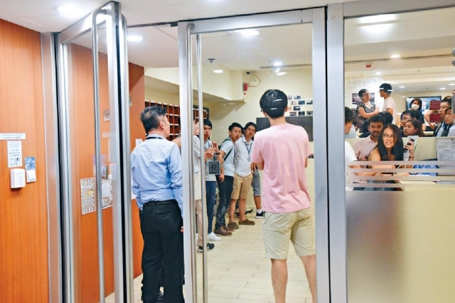 ■香港大學李國賢堂宿舍昨晚傳出警方到場蒐證,引起一眾學生圍觀,最後證實為謠言。