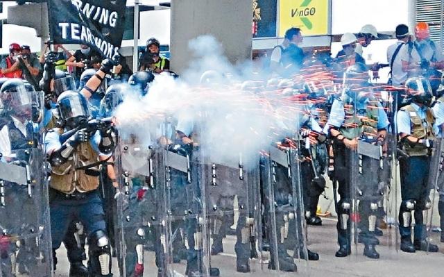 ■國際特赦組織批評,警方向行動相當和平的示威者使用催淚彈及胡椒彈有違國際法。