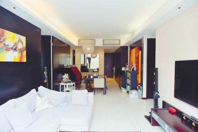 ■大廳牆身分別以黑色及米色裝潢,對比分明。