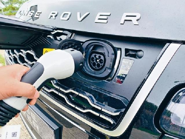 ■充電插位於鬼面罩,如以7.4kW(32A)中速充電約兩小時便充滿。